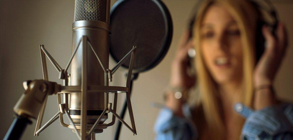 Диктор и конденсаторный микрофон